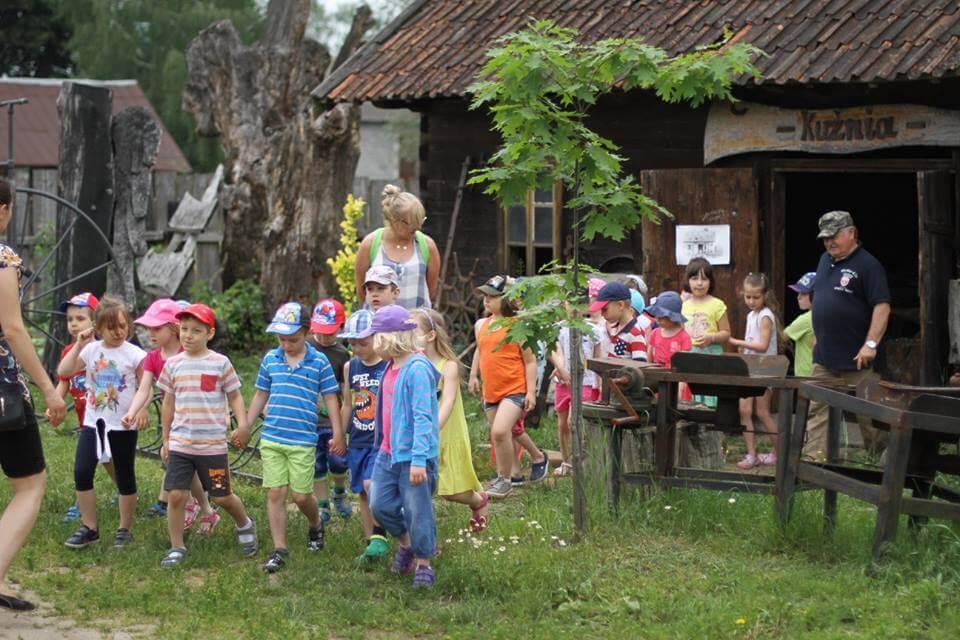 wycieczka dzieci w skansenie